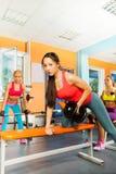 Поднимаясь весы гантели на тренировке стенда Стоковые Фотографии RF