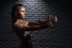 поднимаясь детеныши женщины весов Стоковое Изображение RF