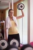 поднимаясь женщина веса Стоковое Фото