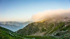 Поднимаясь туман над горой, Болгария утра, гора Rila Стоковая Фотография RF