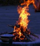Поднимая пламена на огне лагеря Стоковые Изображения