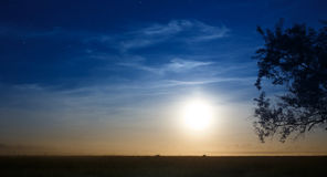 Поднимая луна в синем небе с звездами Стоковые Изображения RF