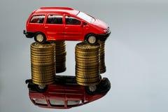 Поднимая цены автомобиля автомобиль на монетках Стоковое Изображение