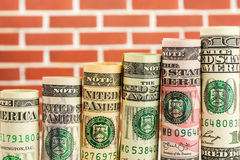 Поднимая шаги сделанные из кренов всех американских банкнот доллара Стоковые Фотографии RF
