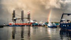 Поднимите вверх снаряжение домкратом в гавани масла Esbjerg, Дании стоковые изображения rf