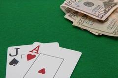 Поднимите домкратом и ace карточки блэкджека с на зеленым цветом Стоковые Изображения