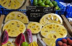 Поднимите плодоовощ домкратом, плодоовощ дракона на рынке Стоковая Фотография RF