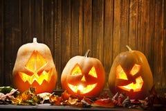 Поднимите сторону домкратом тыквы хеллоуина фонариков o на деревянной предпосылке Стоковое Изображение