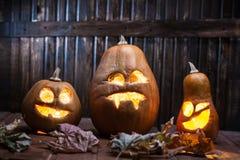 Поднимите сторону домкратом тыквы хеллоуина фонариков o на деревянной предпосылке Стоковые Изображения