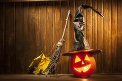 Поднимите сторону домкратом тыквы хеллоуина фонариков o на деревянной предпосылке Стоковые Фотографии RF