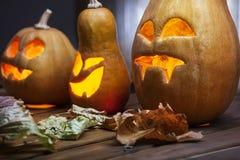 Поднимите сторону домкратом тыквы хеллоуина фонариков o на деревянной предпосылке Стоковая Фотография RF