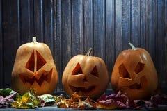 Поднимите сторону домкратом тыквы хеллоуина фонариков o на деревянной предпосылке Стоковое Фото
