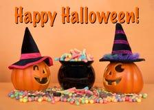 Поднимите фонарики домкратом o нося шляпы ведьмы с котлом конфеты Стоковые Изображения RF