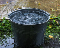 Полное ведро воды дождь Стоковое фото RF