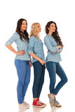 Полное изображение тела 3 вскользь женщин стоя в линии Стоковое Изображение
