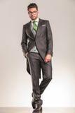 Полное изображение тела красивого положения бизнесмена Стоковая Фотография RF