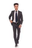 Полное изображение тела молодой идти бизнесмена Стоковая Фотография