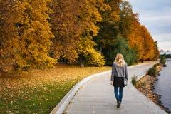 Полное тело женщины идя в парк осени Стоковые Фото
