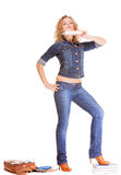 Полнометражная девушка студента в голубых джинсах кладет книги в мешки Стоковые Изображения