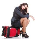 Полнометражная молодая бизнес-леди к последнему красному bagd перемещения Стоковые Фото