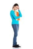 Полнометражная потревоженная женщина держа ее примечания Стоковые Фотографии RF