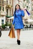 Полнометражная съемка счастливой женщины с хозяйственными сумками Стоковое Изображение RF