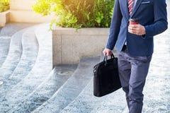 полнометражное изображение молодого бизнесмена идя вперед с Стоковая Фотография