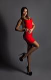 Полнометражное фото сексуального молодого брюнет в красном платье Стоковые Изображения RF