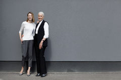 Полнометражный взгляд красивых женщин стоя совместно и усмехаясь Стоковое фото RF