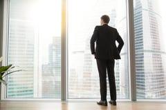 Полнометражный задний взгляд успешного бизнесмена в большом городе Стоковые Фотографии RF