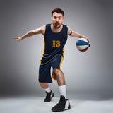 Полнометражный портрет баскетболиста с шариком Стоковая Фотография