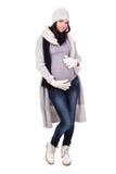 Полнометражный портрет беременной женщины в теплых одеждах зимы Стоковое Изображение RF