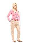 Полнометражный портрет белокурой женщины представляя и смотря Стоковые Фото