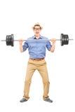 Полнометражный портрет вскользь парня поднимая вес Стоковая Фотография RF