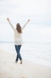 Полнометражный портрет женщины идя на пляж Стоковое Изображение