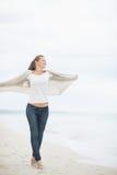 Полнометражный портрет женщины идя на пляж Стоковое фото RF