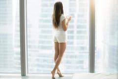 Полнометражный портрет женщины около окна Стоковое Изображение RF