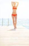 Полнометражный портрет женщины стоя на мосте Стоковое Изображение RF