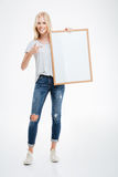 Полнометражный портрет жизнерадостной женщины держа пустую доску Стоковое Изображение RF