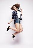 Полнометражный портрет жизнерадостной женщины скача на белый bac стоковые фотографии rf