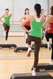 Полнометражный портрет инструктора с классом фитнеса Стоковое Фото