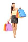 Полнометражный портрет красивой женщины идя с покупками Стоковое Изображение RF