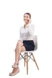 Полнометражный портрет красивой молодой азиатской бизнес-леди сидит стоковая фотография rf