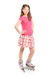 Полнометражный портрет маленькой девочки на коньках ролика Стоковое Фото