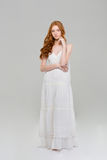 Полнометражный портрет милой женщины redhead в платье Стоковое Фото