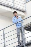Полнометражный портрет молодого бизнесмена имея кофе на балконе гостиницы Стоковое фото RF