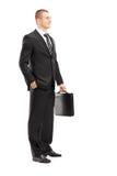 Полнометражный портрет молодого бизнесмена с posin портфеля Стоковая Фотография RF