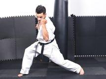 Полнометражный портрет молодого человека в мамах ashihara тренировки кимоно стоковое фото rf