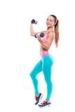 Полнометражный портрет молодой женщины фитнеса с гантелями Стоковые Фото