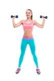 Полнометражный портрет молодой женщины фитнеса с гантелями Стоковое Изображение